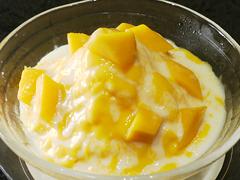 マンゴーのかき氷 コンデンスミルクかけ アイスクリーム入り