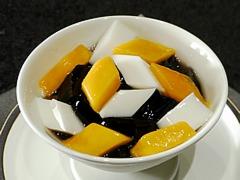 亀ゼリーと杏仁豆腐のレモンシロップかけ